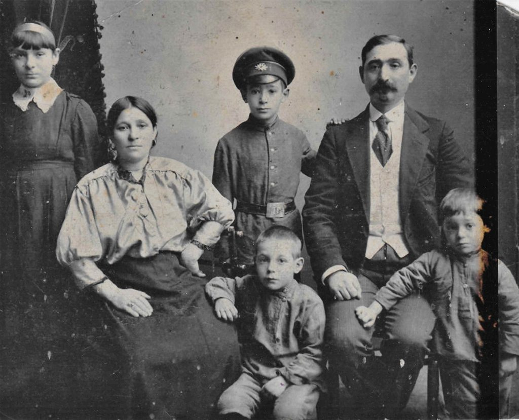 Mordechai Mondrusov (1870's-1942) with wife Mina (nee Kytsovskaya) (1870's-1960) with children Yacob (1906-1979), Mendel (1910-1979), Nura and youngest sun who died young. Photo was shot in Priluki, 1916. Provided by Ilana Belitskaya-Levy in 2019