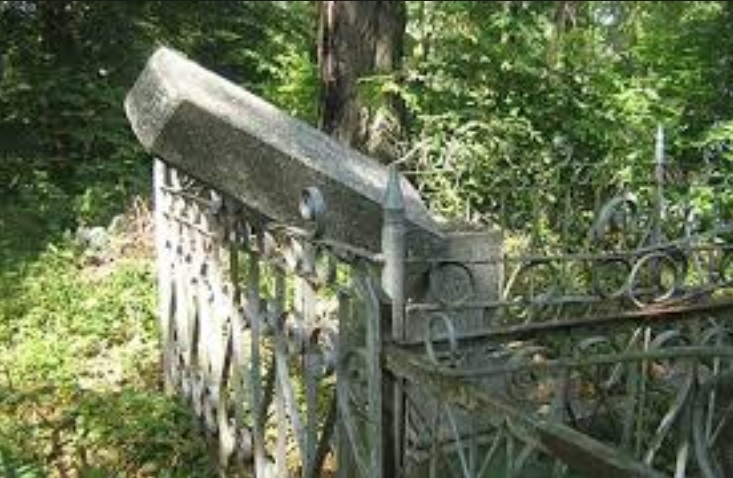 Vandalised monument in Priluki Jewish cemetery