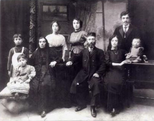 Family of Samuel Bard (1869, Chernigov - Chicago,1927) in Chernigov before emmigration to USA in 1905. Photo provided by Steve Shore