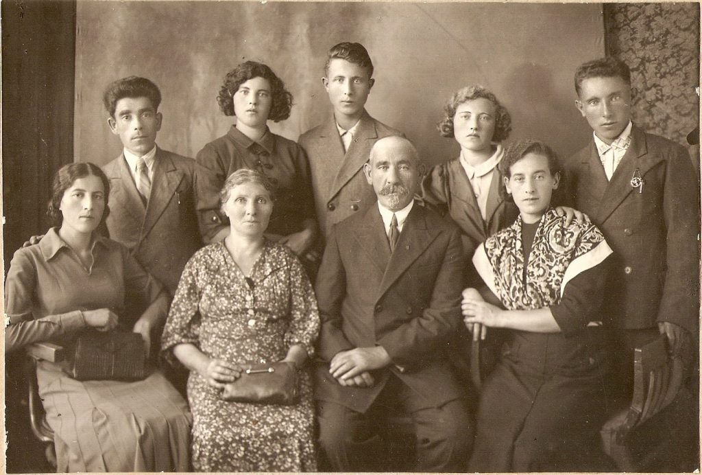 Mailis family before the WWII, Chernigov 1940. Photo provided by Boris Volfovskiy