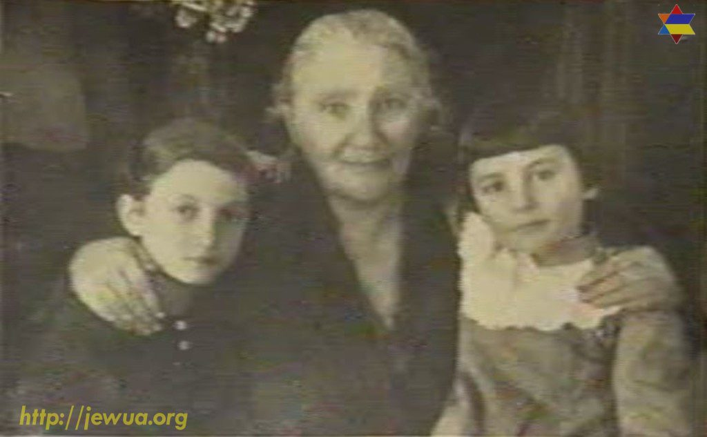 Ester Zubataya with grandaughters Manya (at the left) and Maria. Only Maria survived in Holocaust and provide this photo to Shoa foundation in 1990's
