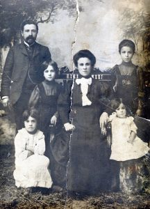 Mendel Hotimskiy and his wife Esfir with children