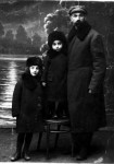 Rahmil Rabinovich  with children. Photo of 1926