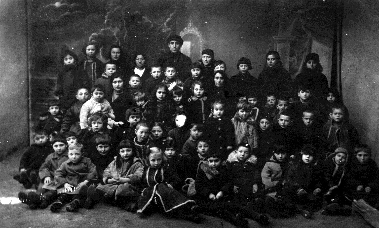 Children and teachers in Jewish kindergarten in Talne. Photo of 1924