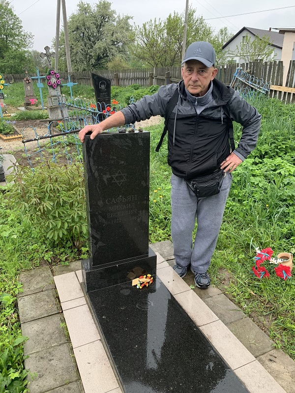 Victor Safyan at the grave of his father Mihail Safyan in Berezdov, 2019
