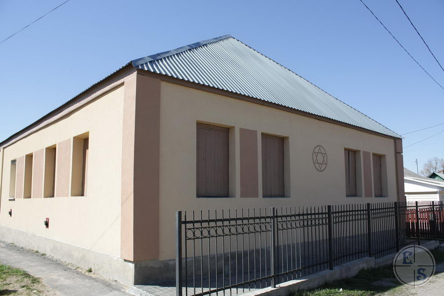 """Synagogue in Slavuta. Photograph by <a href=""""http://photohunt.org.ua/Slavuta.html"""">photohunt.org.ua</a>"""