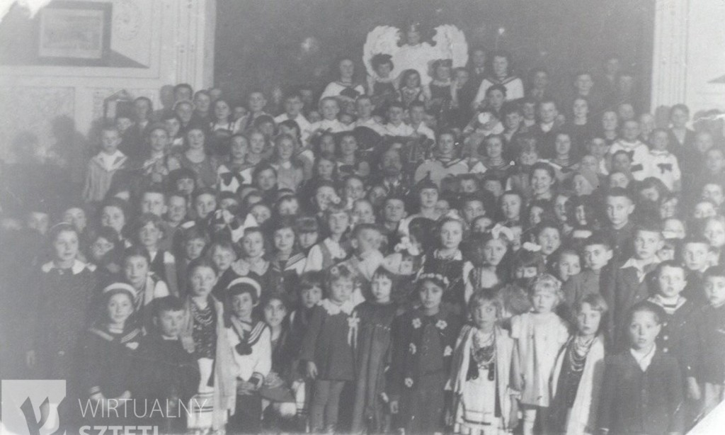 Child event in Husyatin at 1938. 27 childrens among 122 are Jews. From sztetl.org.pl