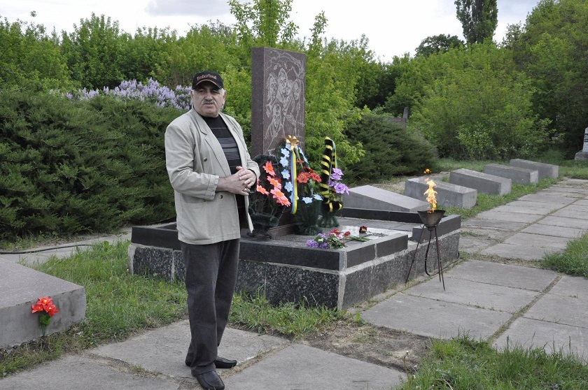 Head of Skvira Jewish Community Efim Shvartsburd near the Holocaust mass grave, May 9, 2017