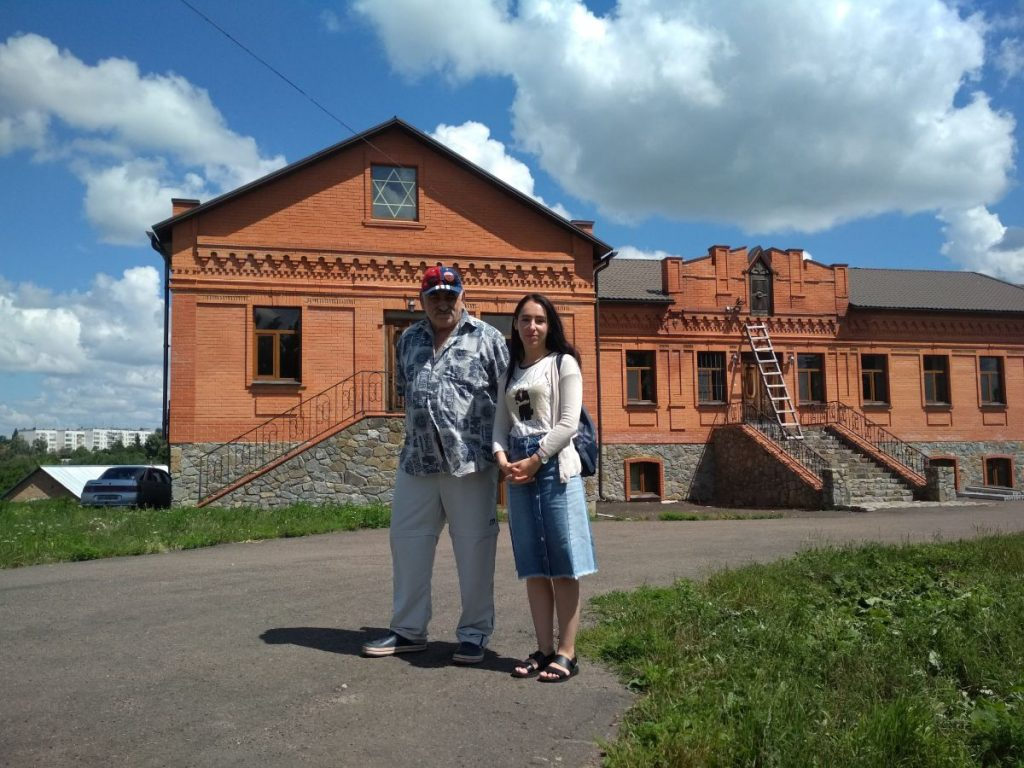 Yefim Schwarzburd on the front of the restored synagogue with tourist from Kiev