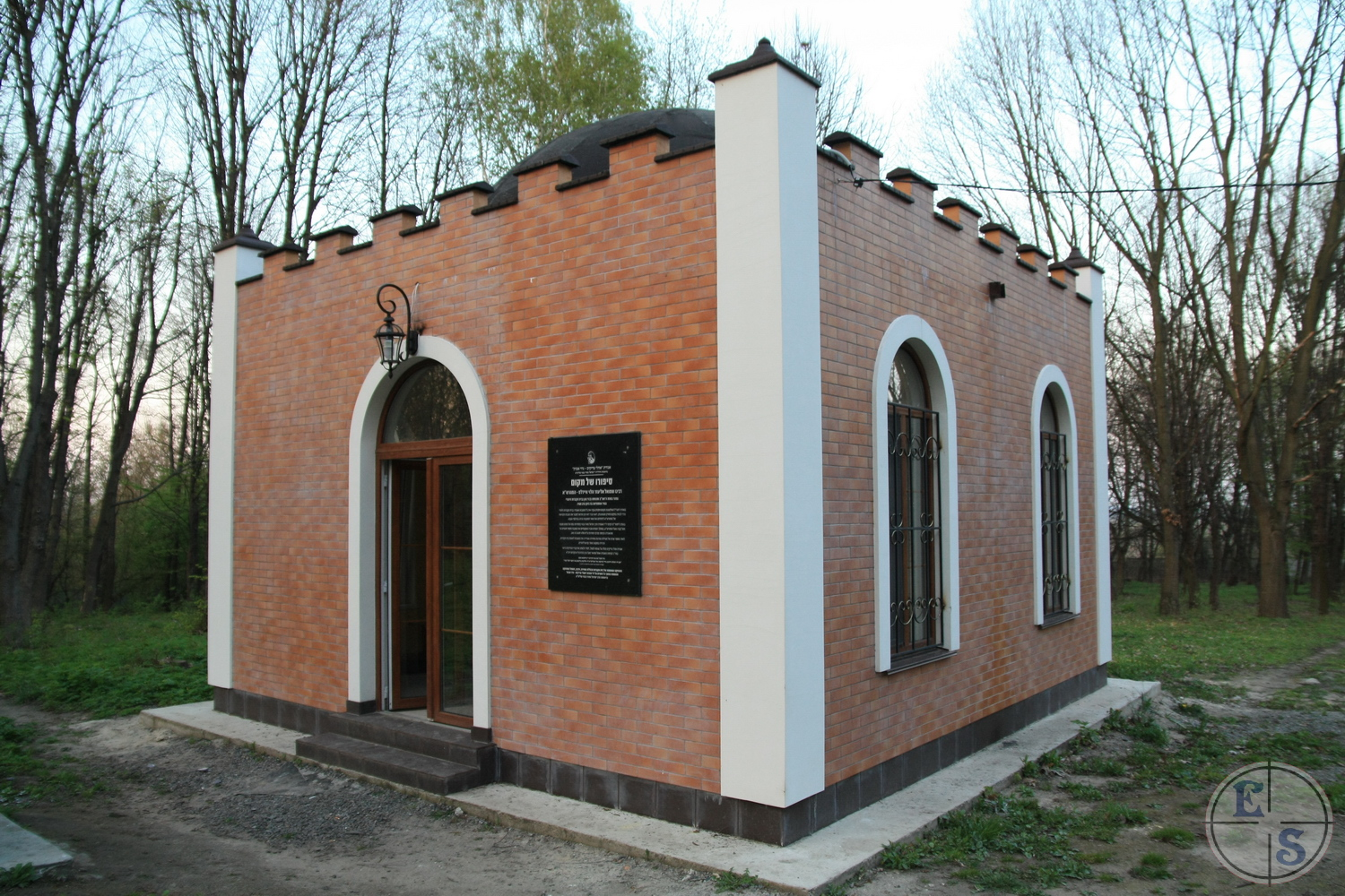 "Ohel in Ostrog. Photo from <a href=""http://myshtetl.org/volyn/ostrog.html>myshtetl.org</a>"