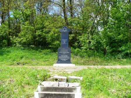 Memorial on the Holocaust mass grave near Peski village