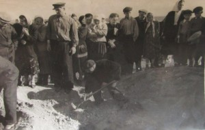 Reburial of Holocaust victims in Talne. 1952-1953. Standing man is Roizman Efim.
