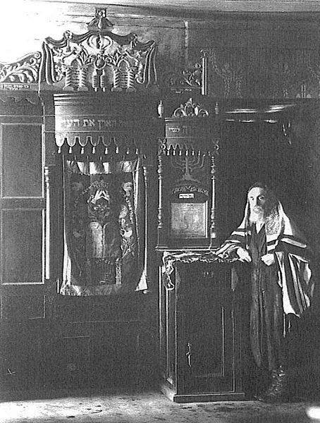 Picture from 1930 of Rabbi Yoel ben Shmuel Yaffe inside Sirkes Shul