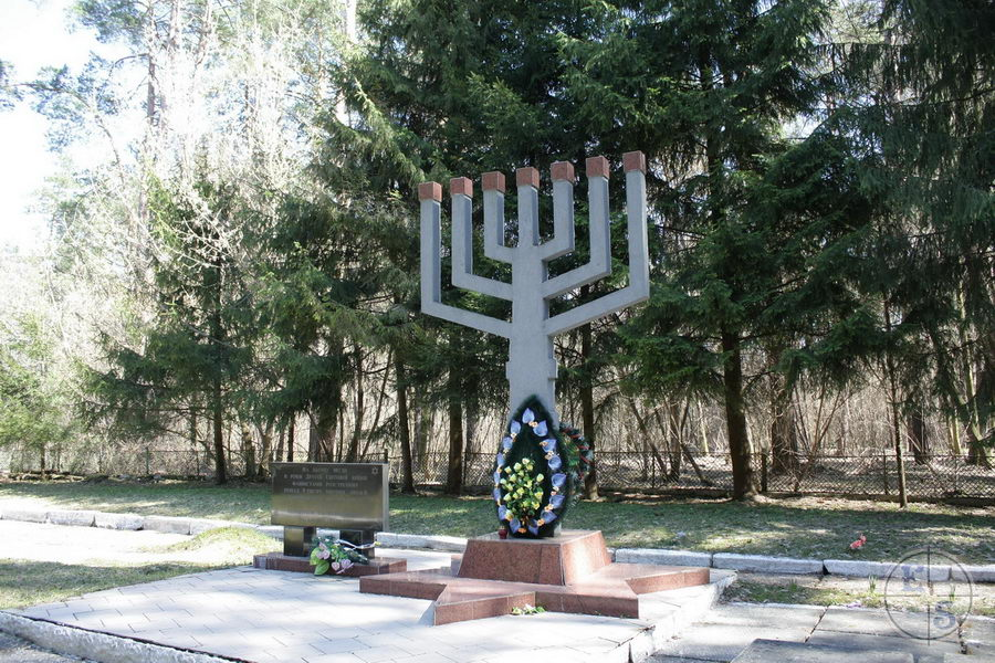 "Menorah monument, 2013. Photograph by <a href=""http://photohunt.org.ua/Shepetovka.html"">photohunt.org.ua</a>"