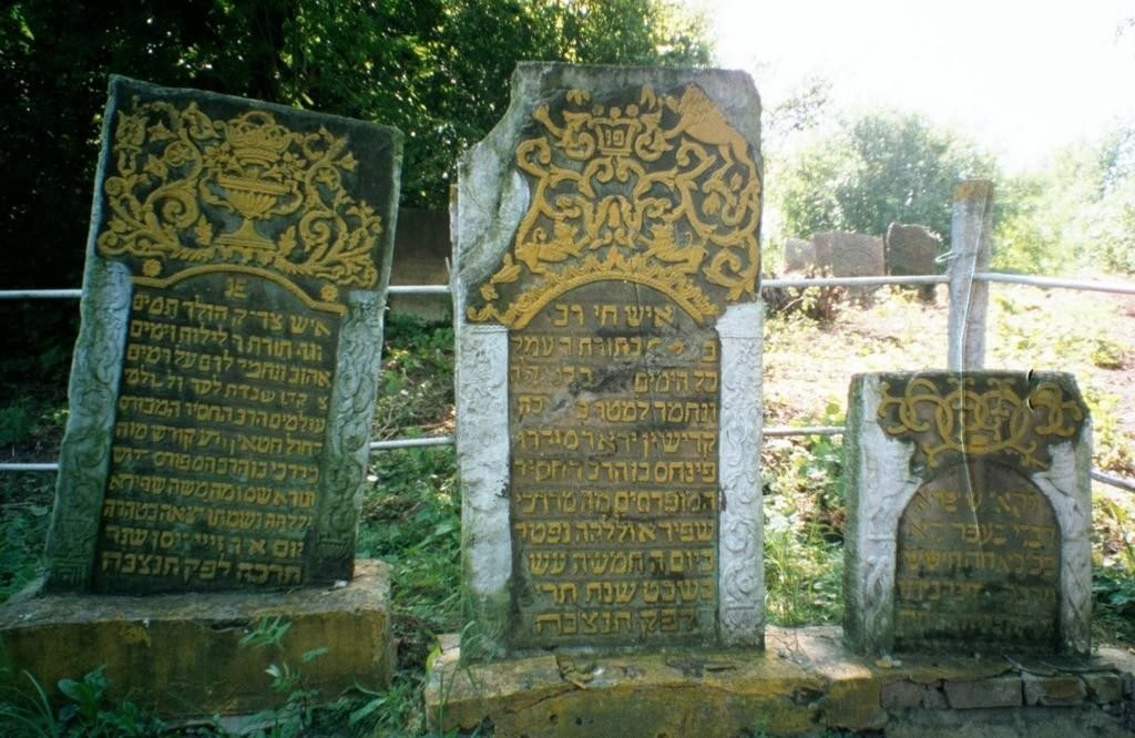 Original gravestones on sumblic graves of Rabbi Pinchas of Korets and his sons, who were rabbis in Shepetovka and Slavuta, 1991. Photograph by Miriam Wainer.
