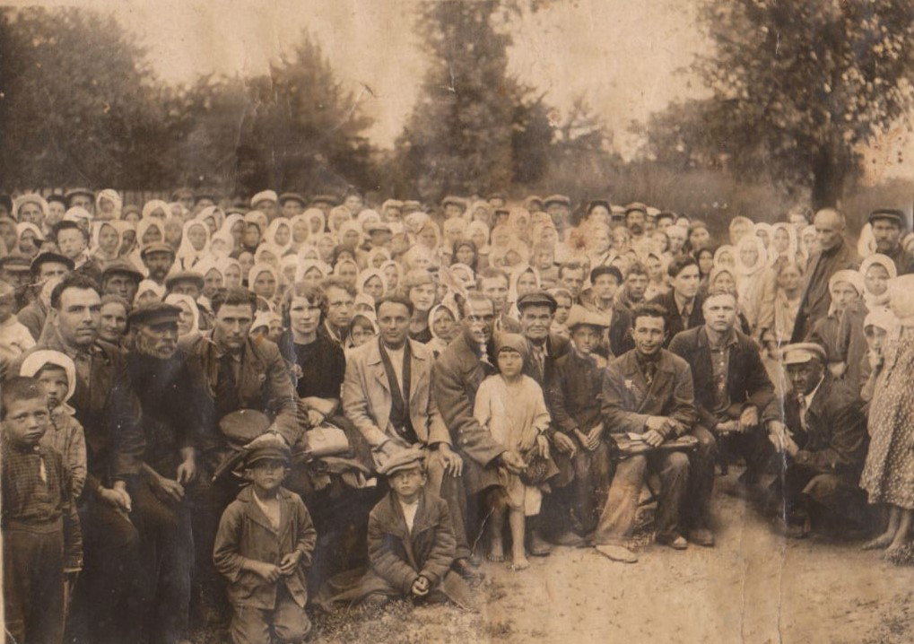 Visit of Kiev artists to Byshov in 1920's-1930's. Local Jew Iosif Vilchik sitting somewhere in first line.
