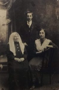 Doba Kolominskaya with children David and Malya, 1910