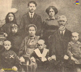 Family of Froim Pashkov. His som Yossel marked by white cross