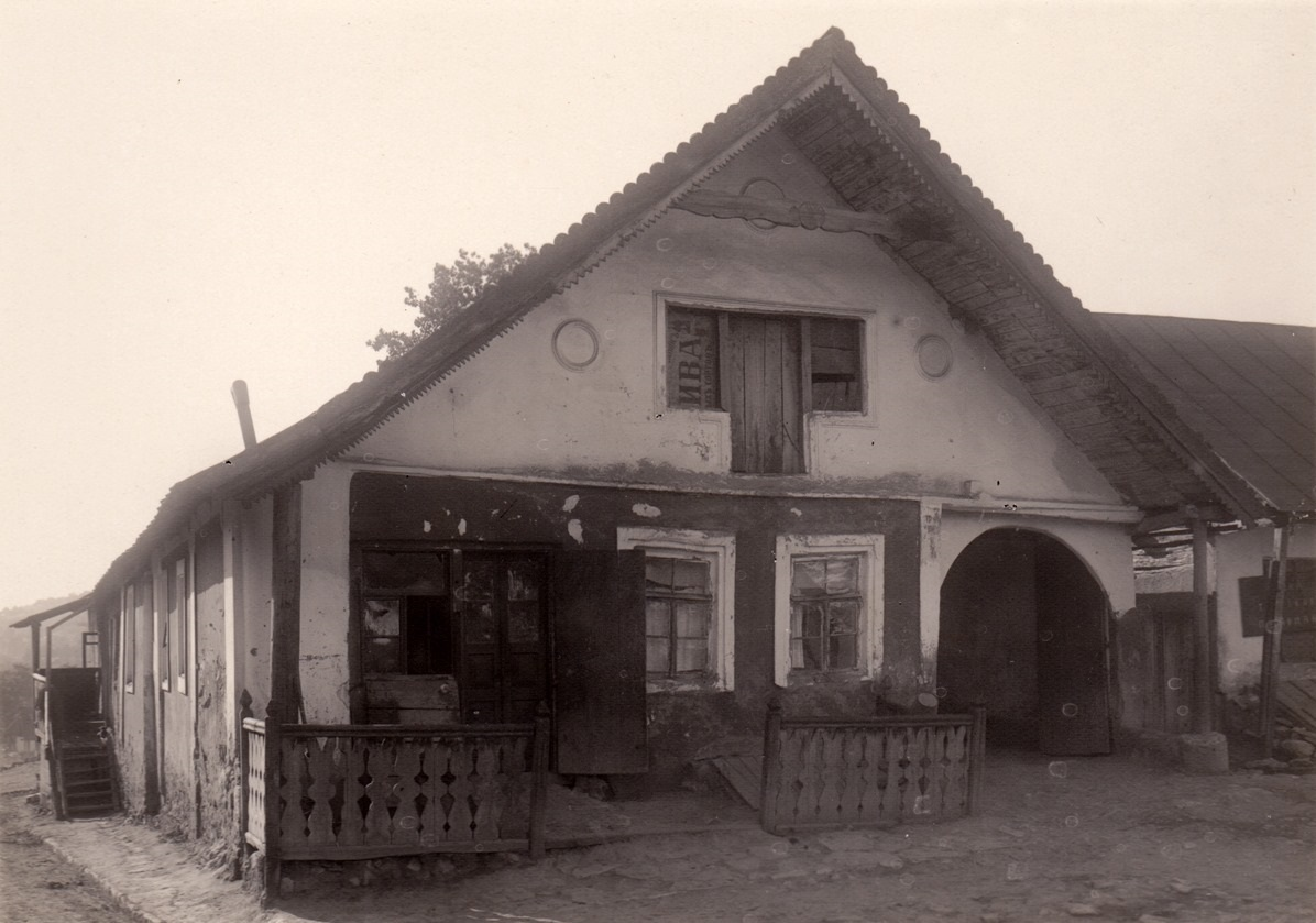 Old inn in Smotrich. Photo from the collection of Pavlo Zholtovskiy and Stefan Taranushenko.