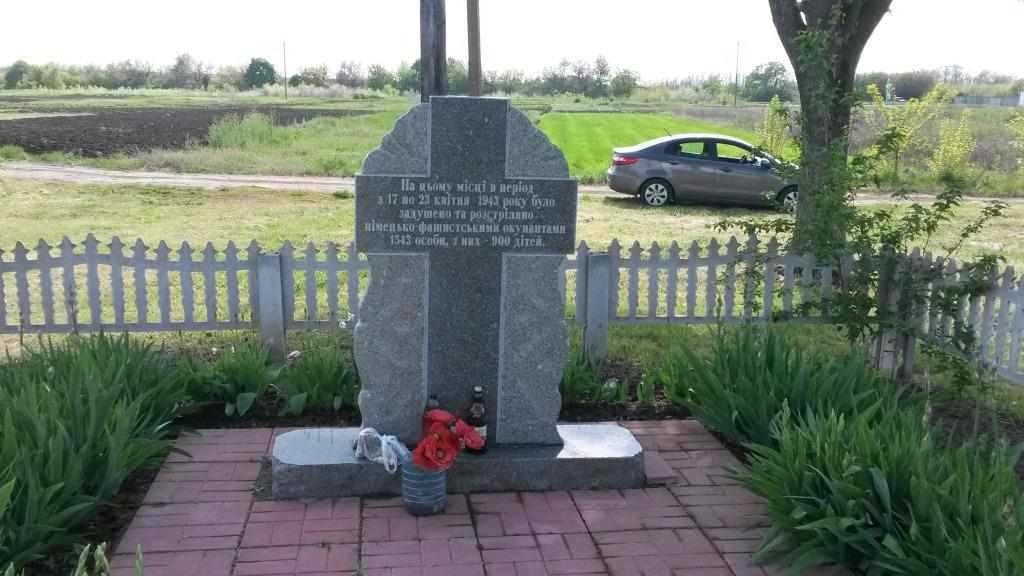 Grave of local Jews and other civilians in Rzhyshchev, 2016