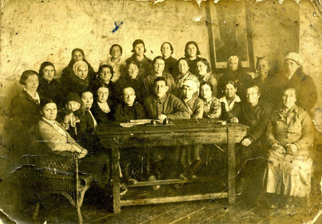 Lesson of political literacy to Korsun Jewish housewives: teachers are heads of Korsun village council Iosef Kaminskiy and Volodya Masterovoy ( 2 men in the center). Second row - 1) Eva Leibovna Samorodnitskaya (Seliskaya), 8) Golda Kashvina (Golberg). Third row - 2) Hava Avigdorovna Kashvina (Maltarnavska), 5) Rosa Belobrova, 1930's