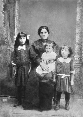 Leyah Spector with children in Korsun, 1913