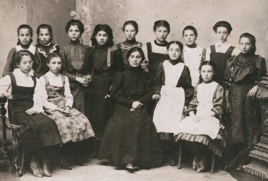 Graduating class of the Hebrew-language Moriah school in Zhavents, 1910