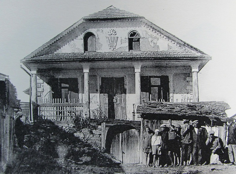Jewish house in Zhvanets with Jewish family on the front of it, 1920's