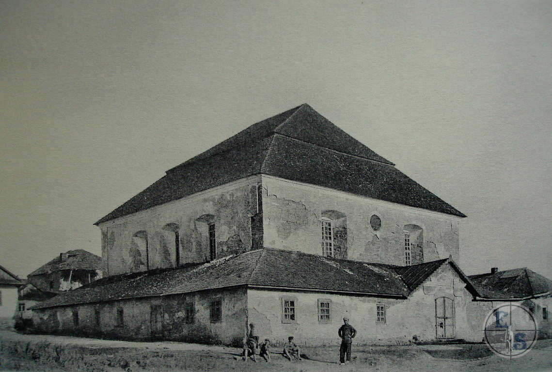 "Synagogue in Zhavents, 1920's. Photo by Zholtovskiy taken from <a href=""http://www.myshtetl.org/khmelnitskaja/zhvanec.html"">myshtetl.org</a>"