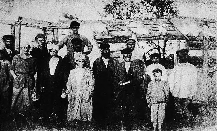Group of colonists in Kadlubitsya after the pogrom, 1919