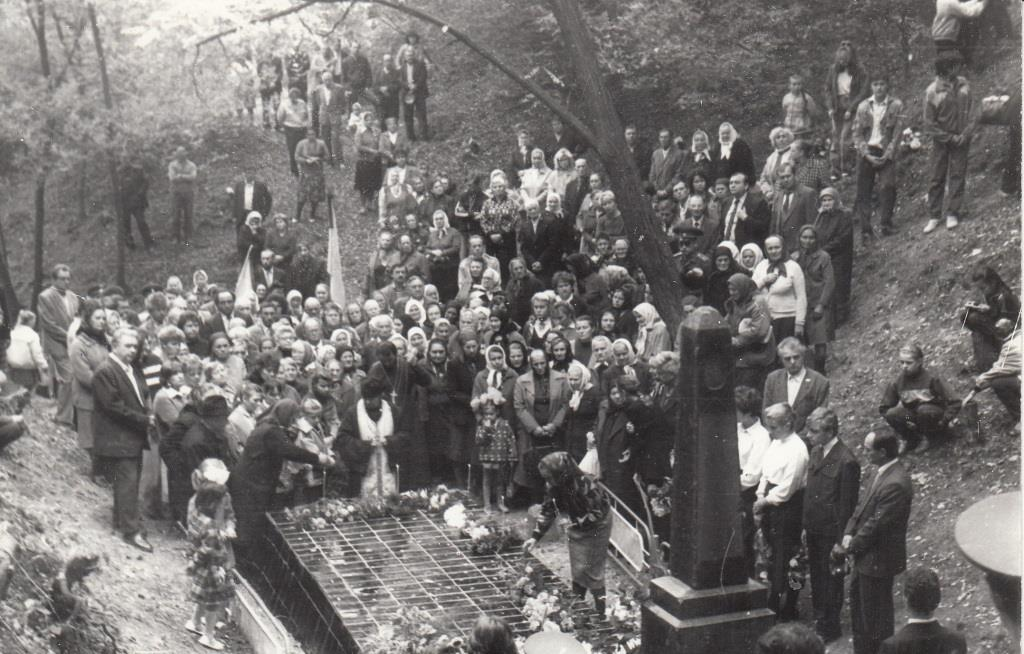 Memorial ceremony on the Holocaust mass grave, 1991. Courtesy Leonid Lashchenko