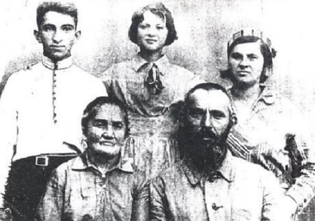 Gochvat Family: Avrum, Rona, Bronya Fruma and Jacob, Ivankov 1930's. Photo provided by Joshua Yurman