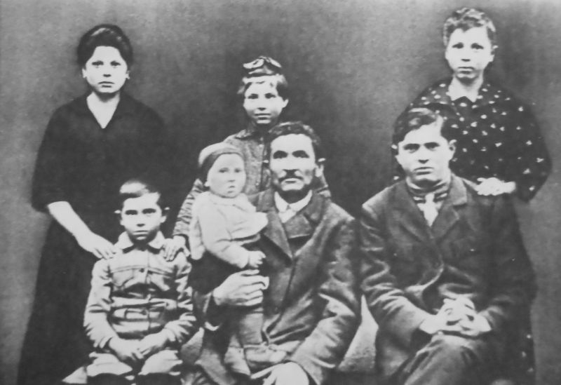 Grigoriy Braziler (a child) with father and sisters Bronya and Luba (standing from right),Orynin 1921. Bronya and Luba were killed in Orynin during the Holocaust.