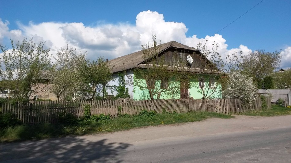 Building of the former cheder in Orynin, 2016. Currently it belongs to a Roma family. In the 1950's, the locals discovered a long underground pass under it.