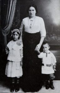 Liba Ganapolsky and children Chaike and son Abraham in Vinograd, 1914