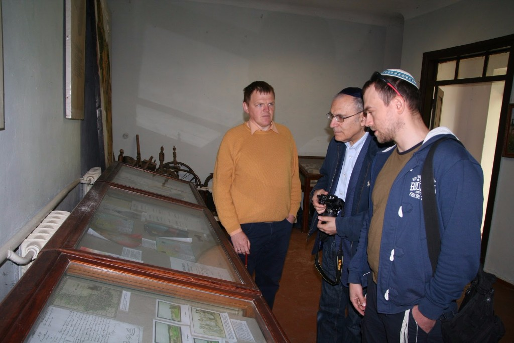 Head of local museum Vitaliy Hedz, US tourist Aaron Ginsburg and author of this article in Makarov museum, 2017