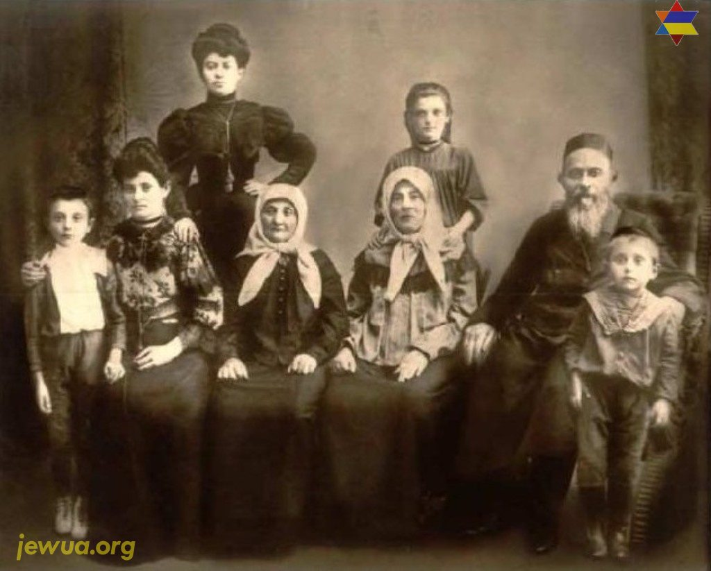 Berl Unikow's wife Malya (front left, with her arm around her son Naftoli (1902-1994). Next to her is Chaya Ruchel (wife of Velvl, as in first photo), Malya's mother Chana Chaya, her father Dovid Getzye Sucharevitch, then Malya's son Yitzchok/Isaac. At the back is Malya's sister and daughter Esther. Makarov around 1910. Photo provided by Lisa Cooper