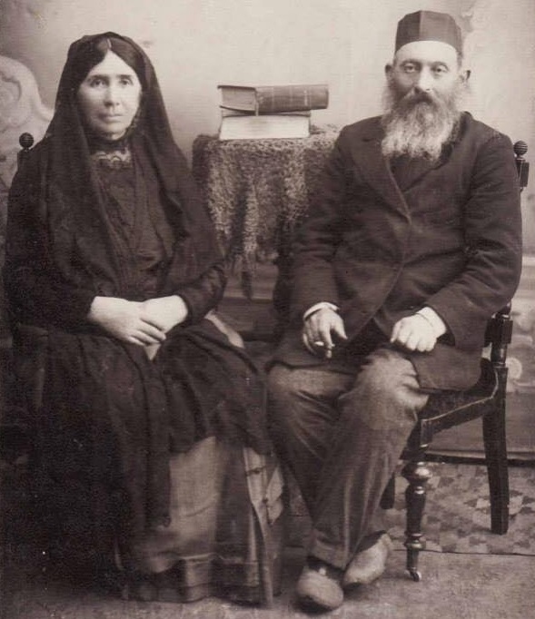 Jewish family in Khotin, beginning of XX century. Photo credit: Jana Wachsler