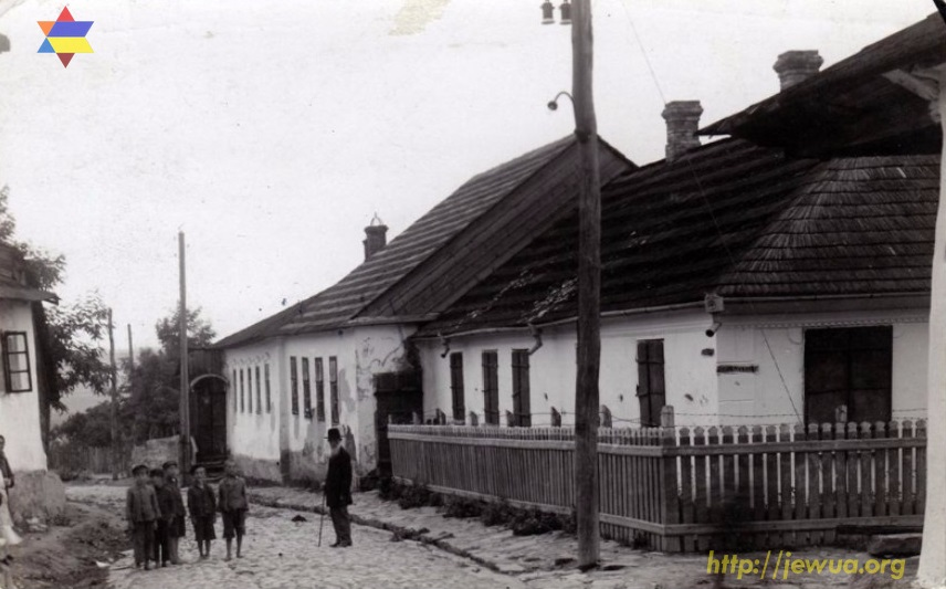 Jewish communal buildings, including Dovid Shmuel's kloyz in Khotin. PreWWII photo