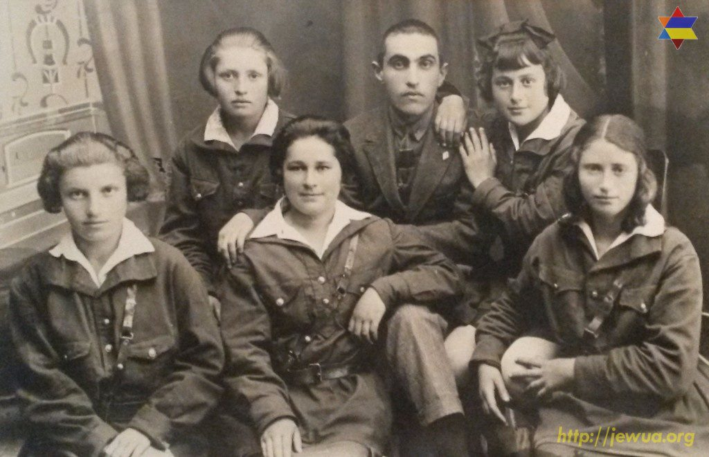 Group of pupils in Malin second Jewish labor school, PreWWII photo. Teacher: Maks Davidovich Gitman, pupils: Roza Privaratskaya, Dosia Aizman, Siniya Rabinovich, Manya Nushechik, Buzya Slabodoetskaya.