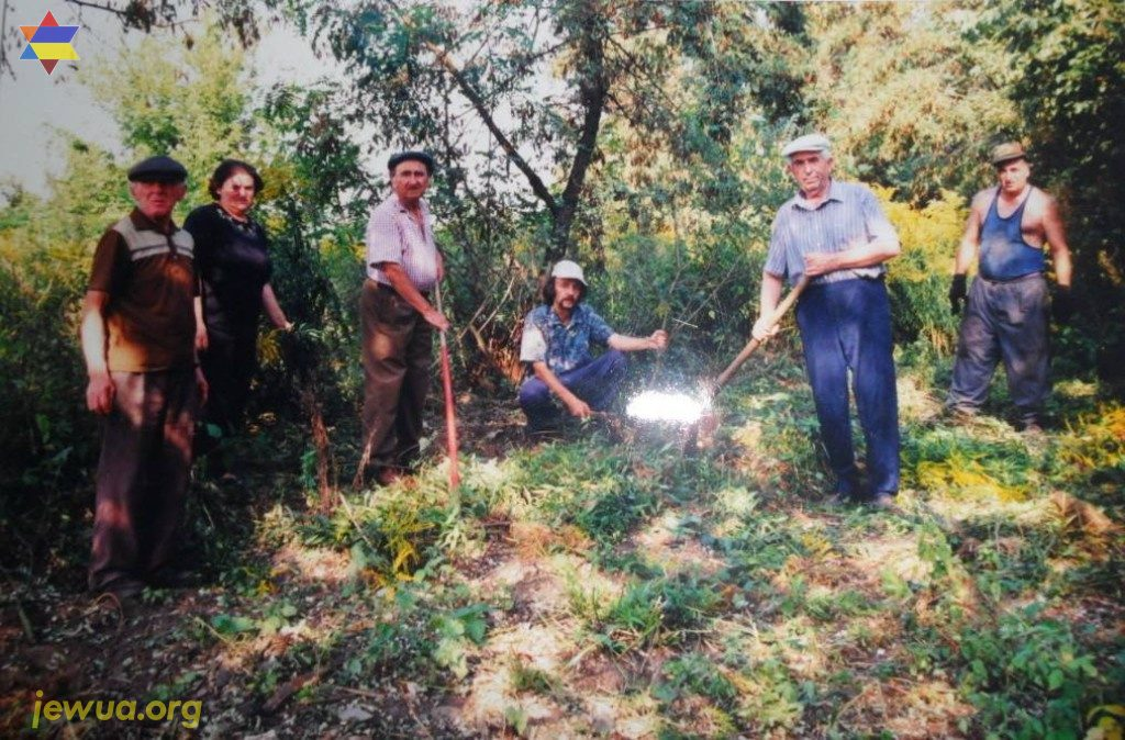 Members of Olevsk Jewish community cleaning Jewish cemetery, around 1999. In 2018, only 2 people from this photo were alive...