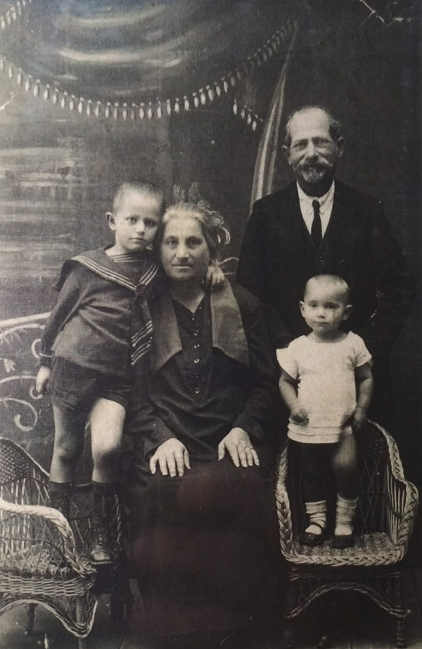 """Perl and Meer Ulanovsky with grandchildren, Shpola 1928. Photo was published in the book """"A Century of Ambivalence: The Jews of Russia and the Soviet Union, 1881 to the Present"""" by Zvi Gitelman, 1988"""