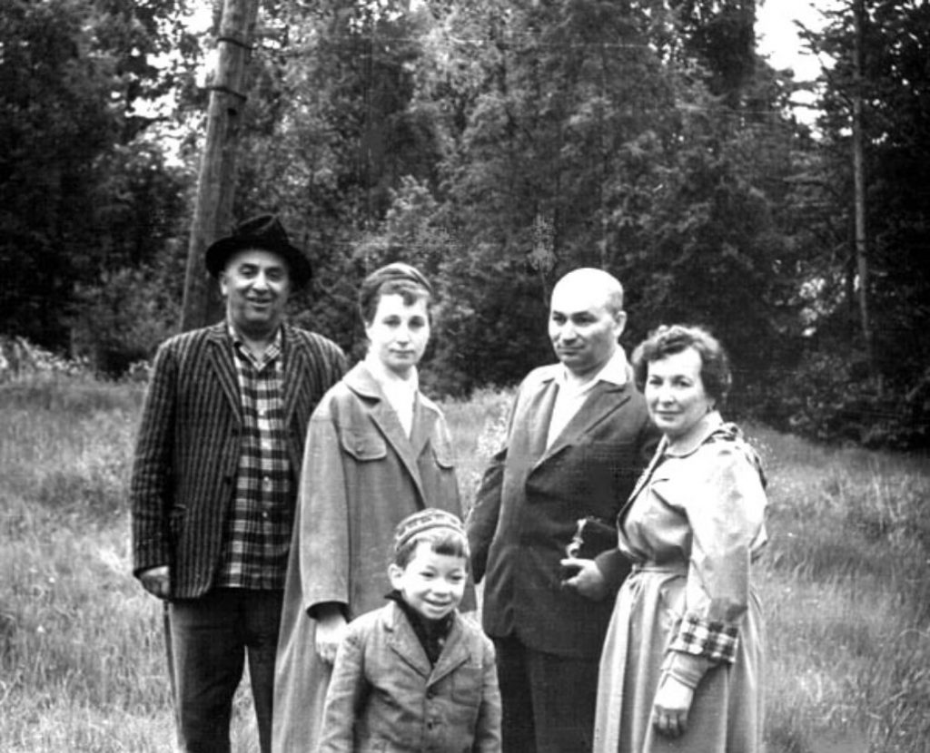 Moisey Nezdatnyi (1900, Rizhanovka - 1976, St.Peterburg) with his family