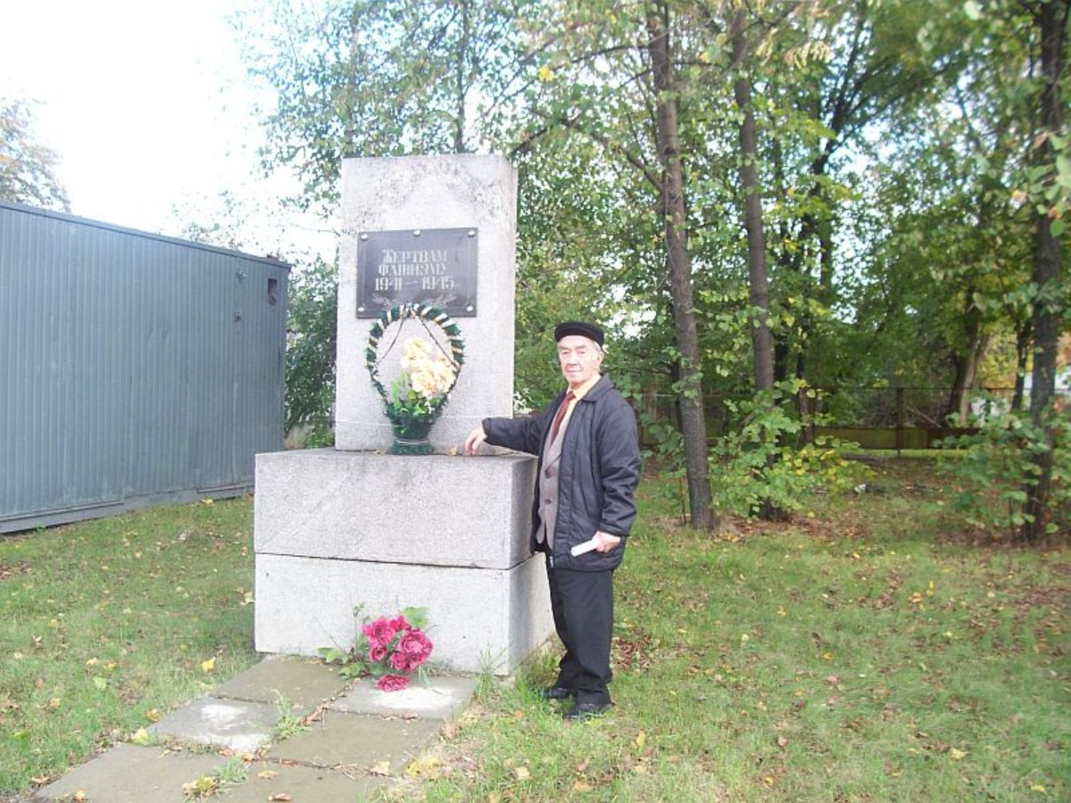 First Head of the local Jewish community Grigoriy Tashlitskiy (? - 2009) near the Holocaust mass grave in Kamenka