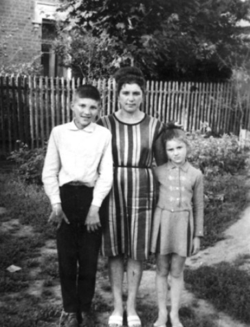 Lisa Spivakovskaya with children in 1970's