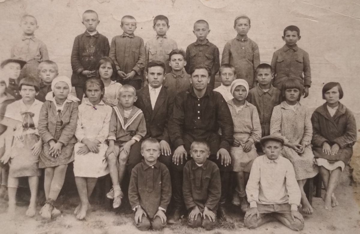 Piatigory local school 7th grade, 1937. Some children are Jewish...