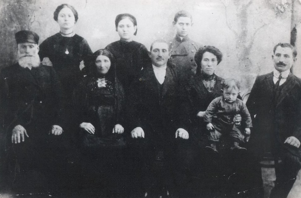 Family of Mordek and Feiga Anchipolovsky, Krivoe Ozero 1910's. Feiga Anchipolovsky died before the WWII in age of 98.