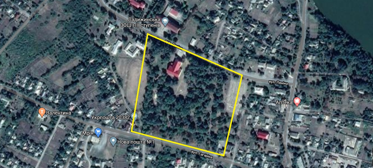 Sometimes you can see results of pogroms from the space. The center of the shtetl was empty due to the disappearance of the Jewish community. Jewish houses were dismantled and taken by local Ukrainians. In 1937, a big park was organized in the center.