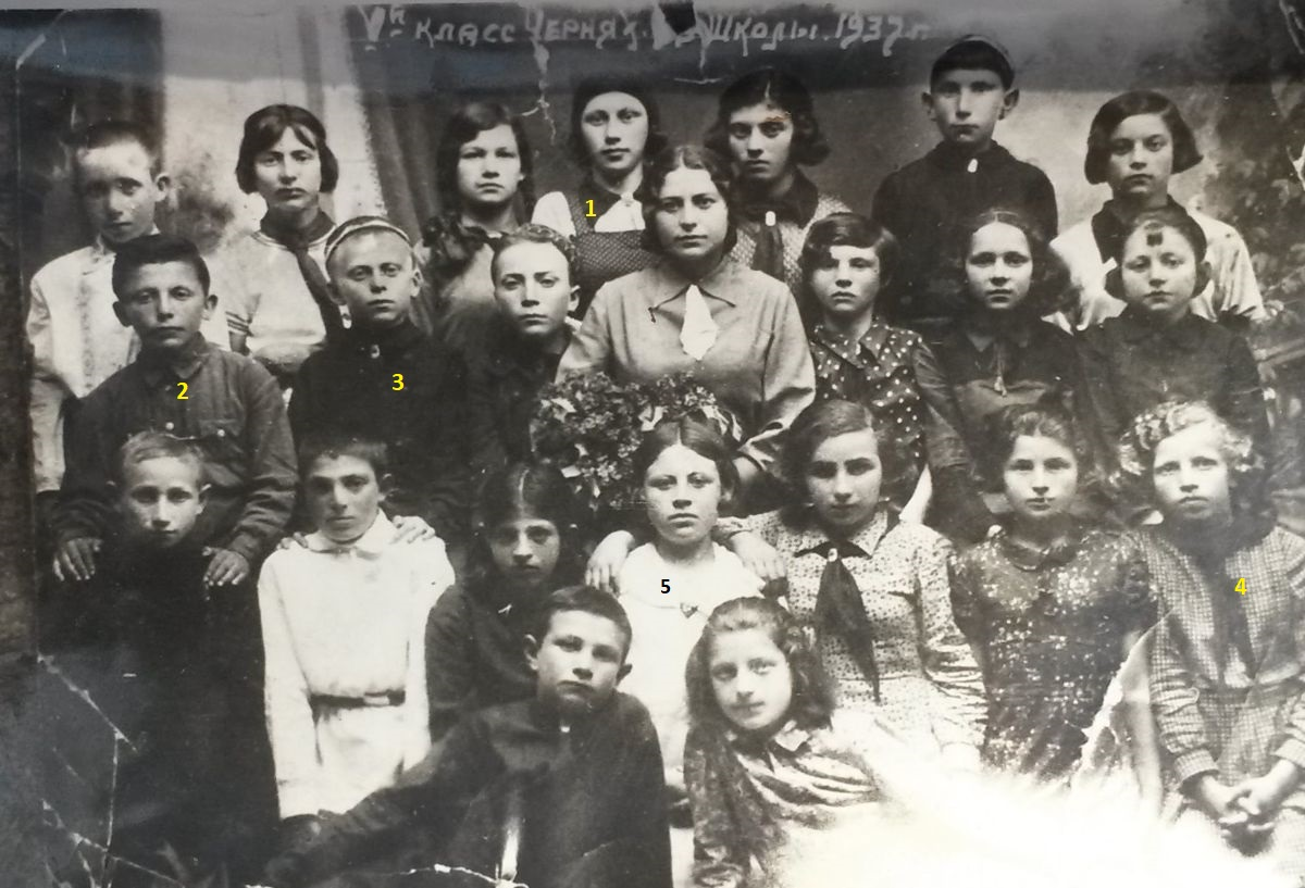 Jewish school in Cherniakhov, 1937. 1 - Shura Kovalenko (lived in Cherniakov and Korosten, died in Israel), 2 - Mark Semenovich Giterman (survived in WWII, colonel, lived in USA), 3 - Kisselman (survived in WWII, died in Ashdod, Israel on Victtory day 9-May), 4 - Manya Landman (she was a nurse in Soviet Army during WWII, woked in kindergarten), 5 - Faina Makovoz (emigrated to USA). Photo provided by Raisa Makovoz.