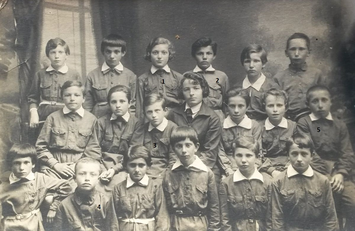 Class in the Cherniakhov Jewish school, 1930s. 1 - Sonya Landman (lived in Lvov), 2 - Roza Giterman (lived in Kaliningrad), 3 - Sarah Simhovna Fabrikant (1922-2002), 4 - Aaron (lived in Kiev), 5 - Mihail Vaitman (killed in action during WWII). Photo provided by Raisa Makovoz.